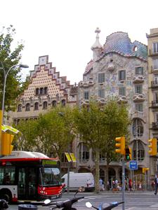 バルセロナのグラシア通りに面して建つスペイン人建築家ガウディ設計の集合住宅「カサ・バトリョ」[中央)画像