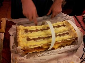 クリームがてんこ盛りなスペインのケーキ 画像