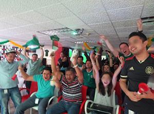 メキシコにて会社公認のイベントとして社内でサッカー観戦している社員たち 写真