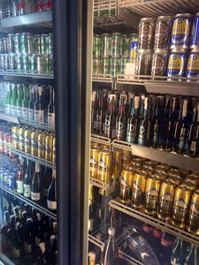 エジプトの酒店の冷蔵ケースに所狭しと並ぶアルコール飲料。画像