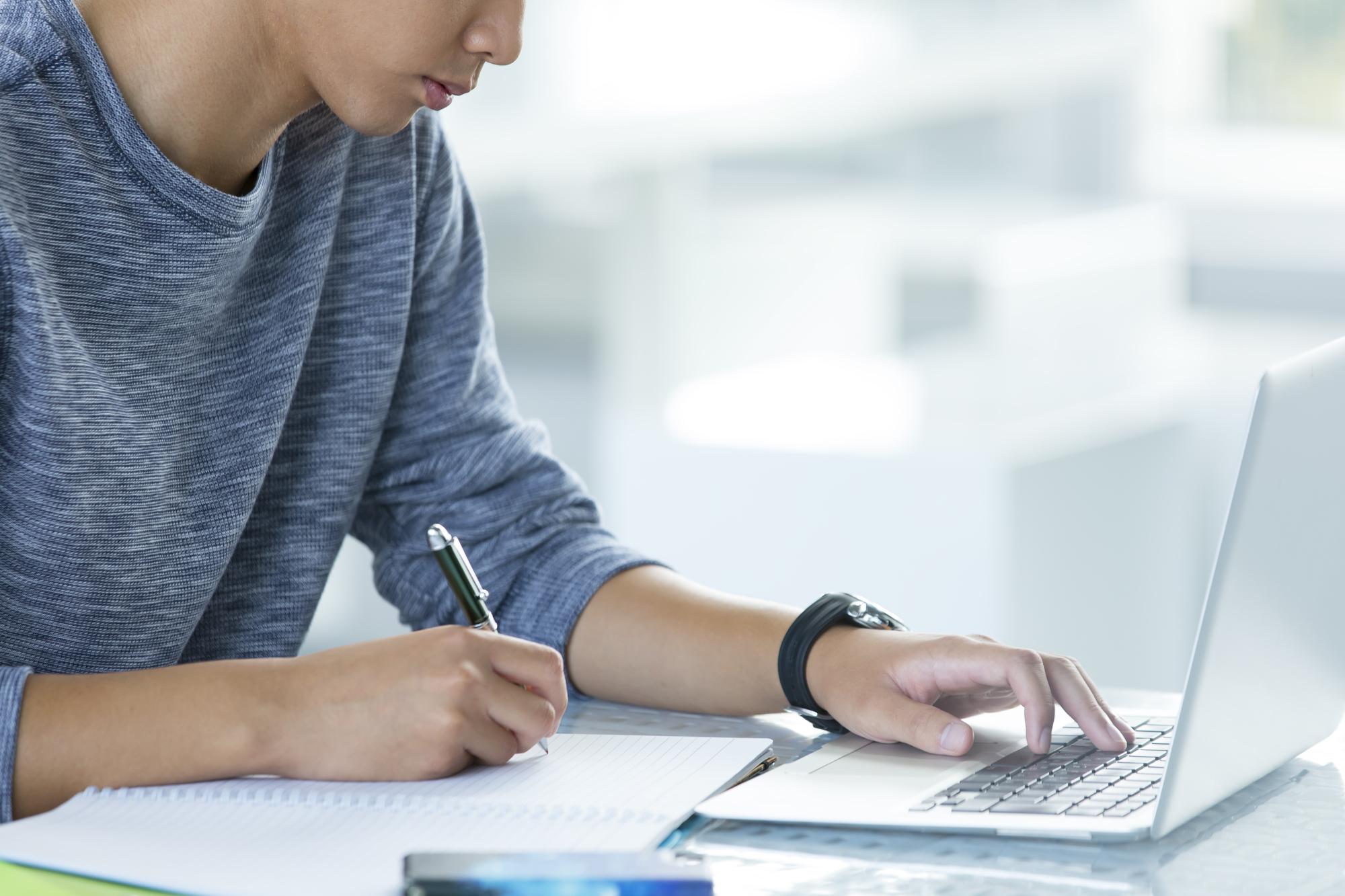 就活めんどくさい…と感じつつ取り組む大学生(イメージ)