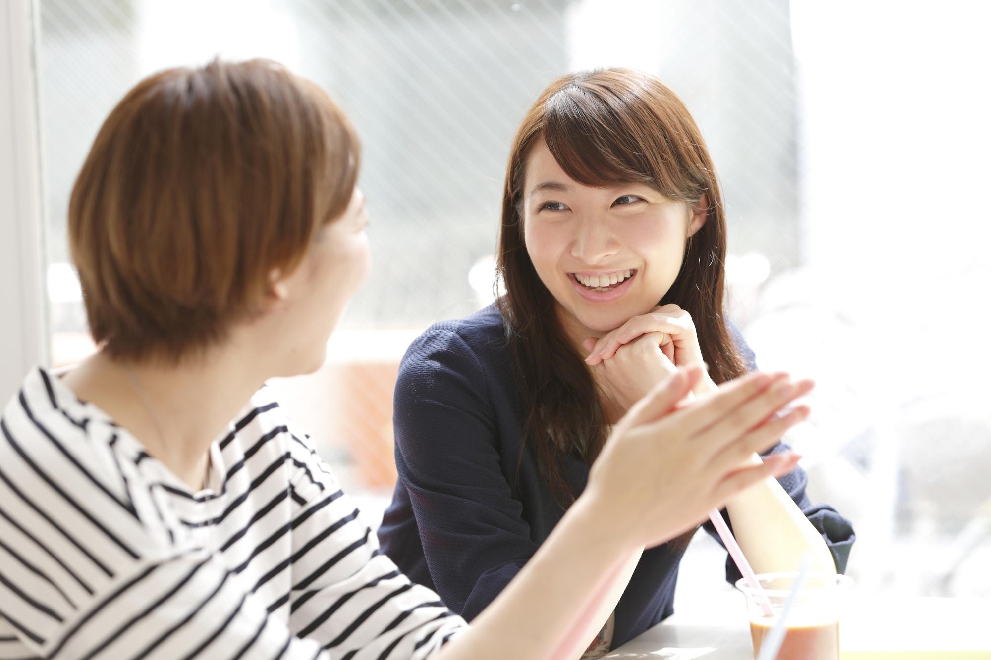 友人と談笑する女子学生