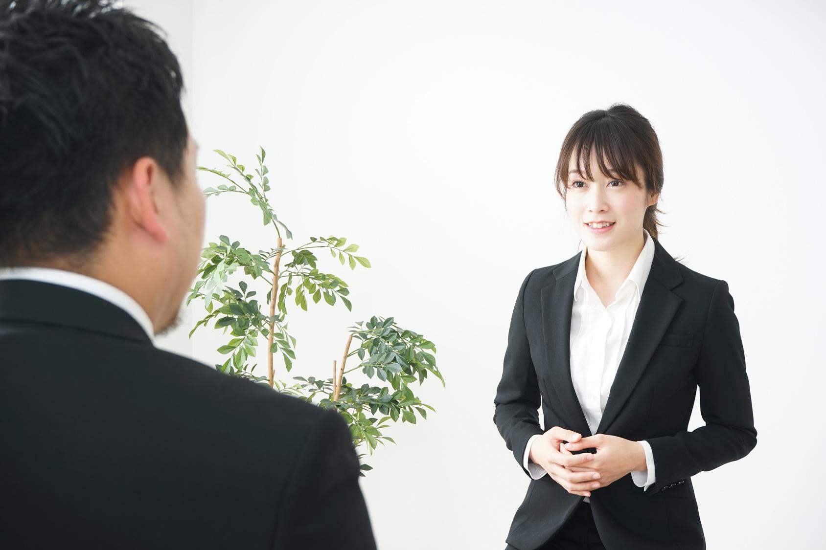 面接を受ける女性イメージ