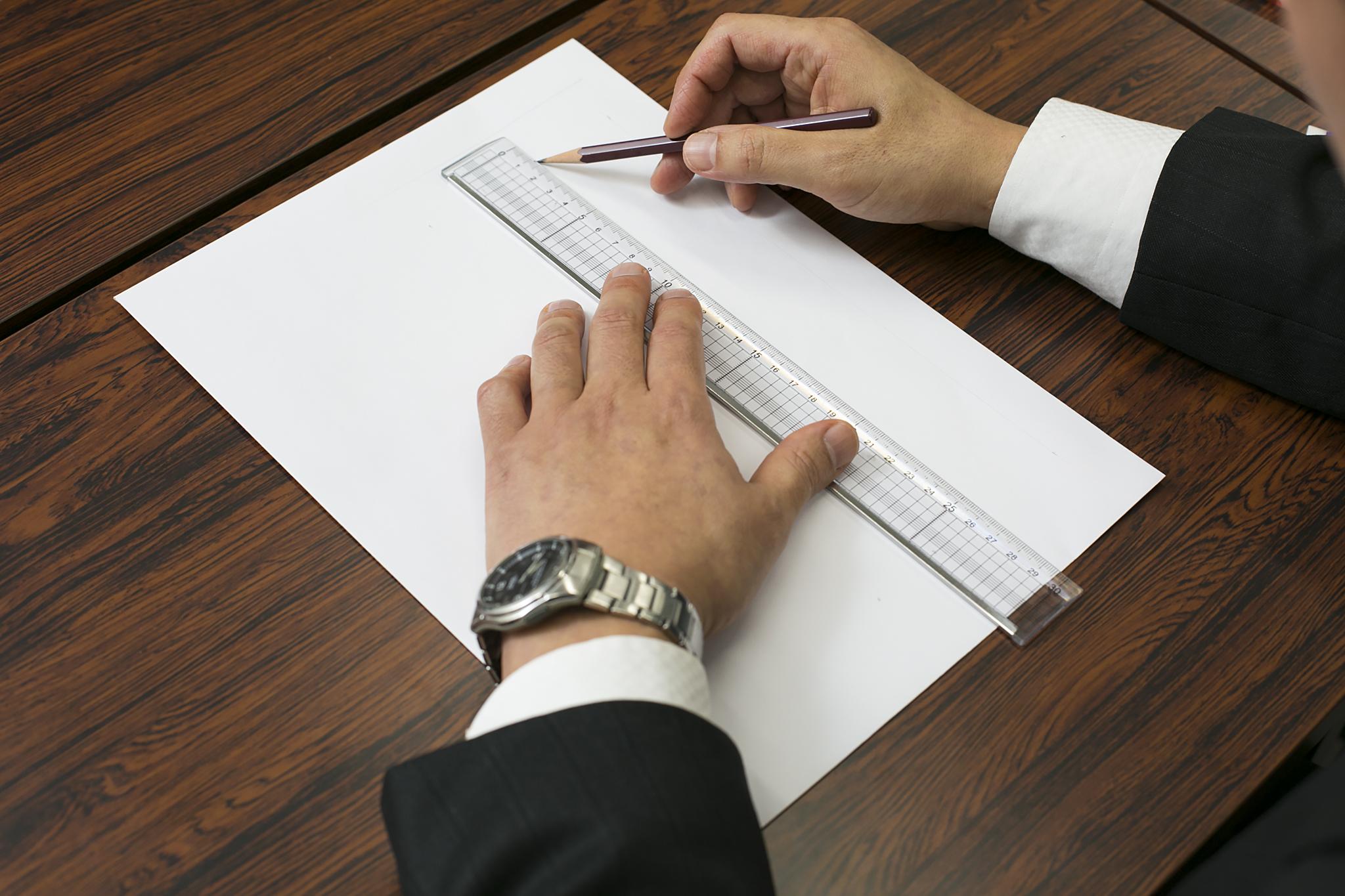定規を使ってまっすぐに文字を書いている画像