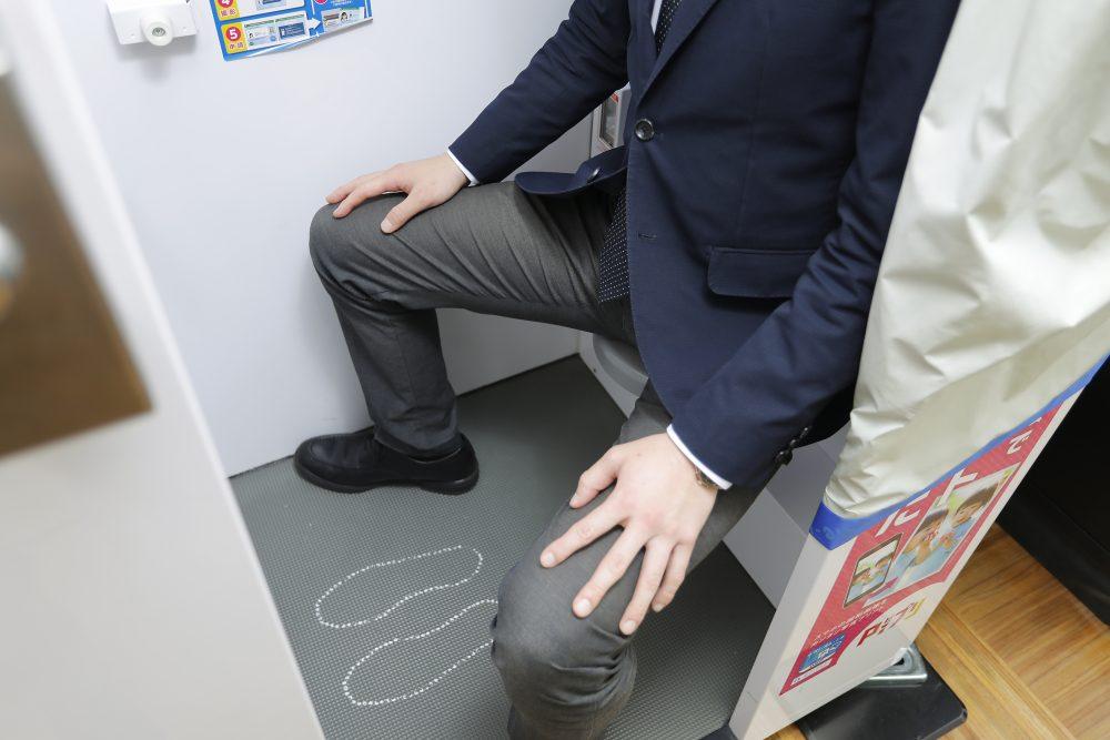 証明写真機で足を開いた状態で撮影するときのイメージ