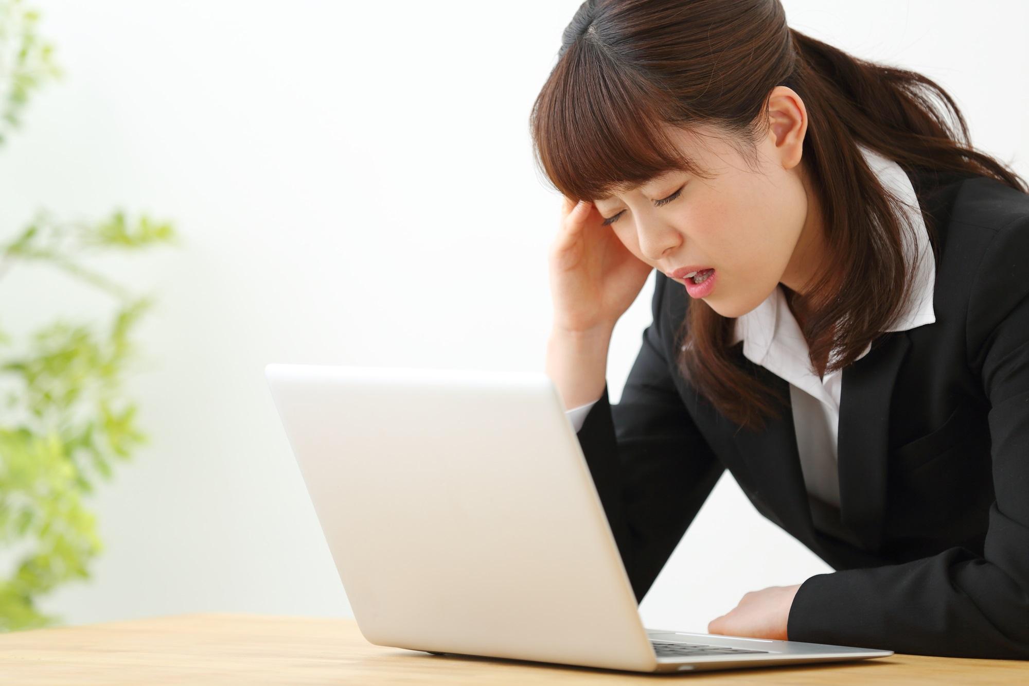 パソコンを見ながら悩む就活生