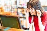就活用のメガネを選ぶ女子就活生のイメージ