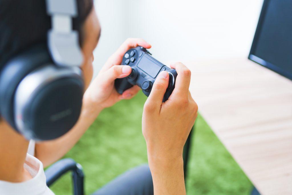 ゲームに没頭する学生のイメージ