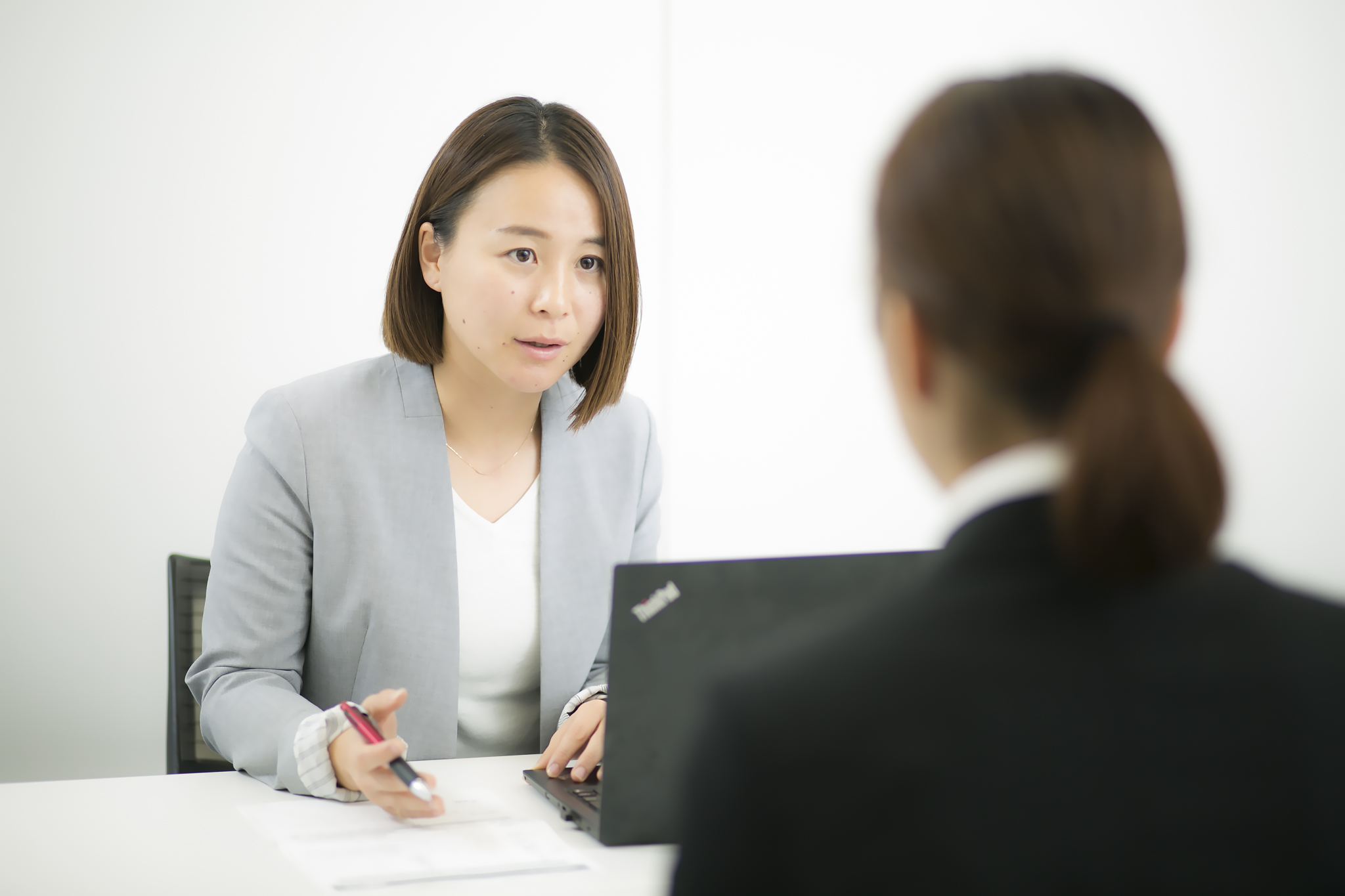 企業研究のやり方のポイントをS子さんに解説するCA飯塚さん