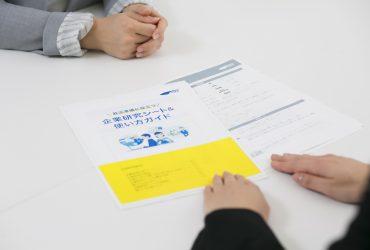 企業研究シートをもとにキャリアアドバイザーと企業研究を進めるシーン
