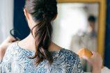 オフィスカジュアルな服装に悩む女子就活生のイメージ