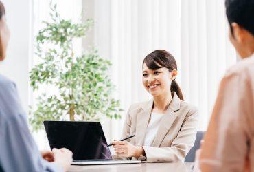 営業先で商談するビジネスマンのイメージ