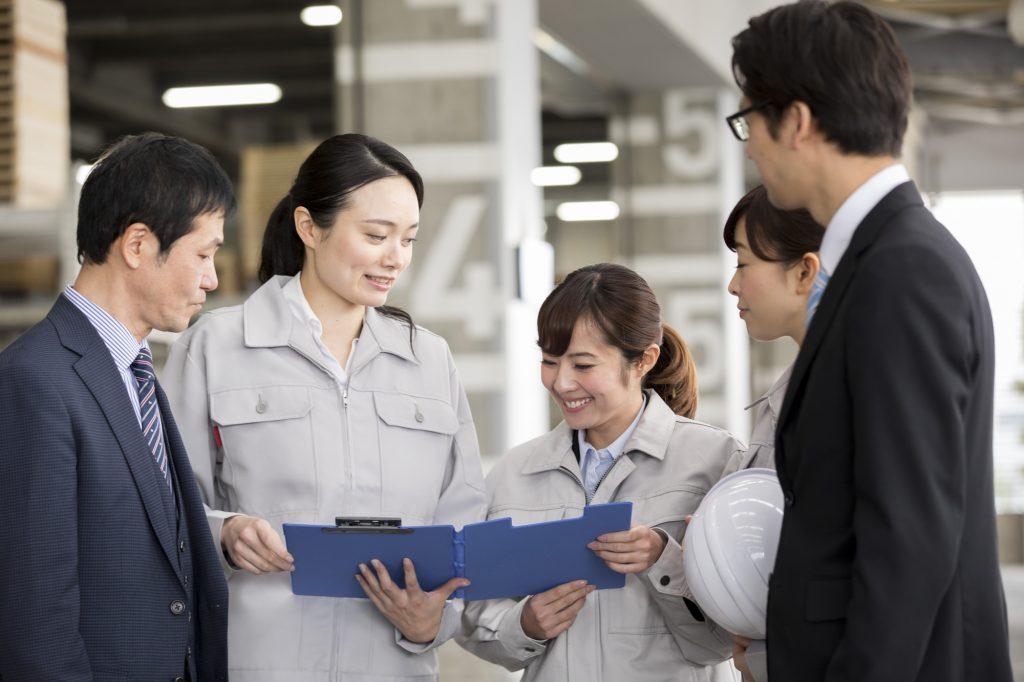 生産管理職の社員が働いているイメージ