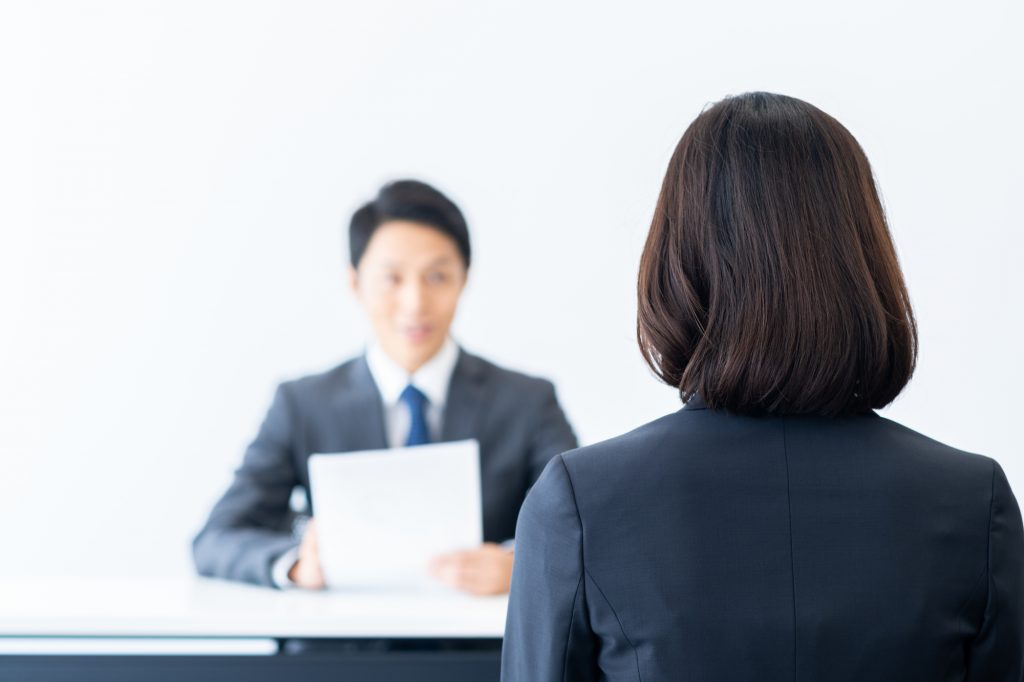 面接を受ける就活生のイメージ